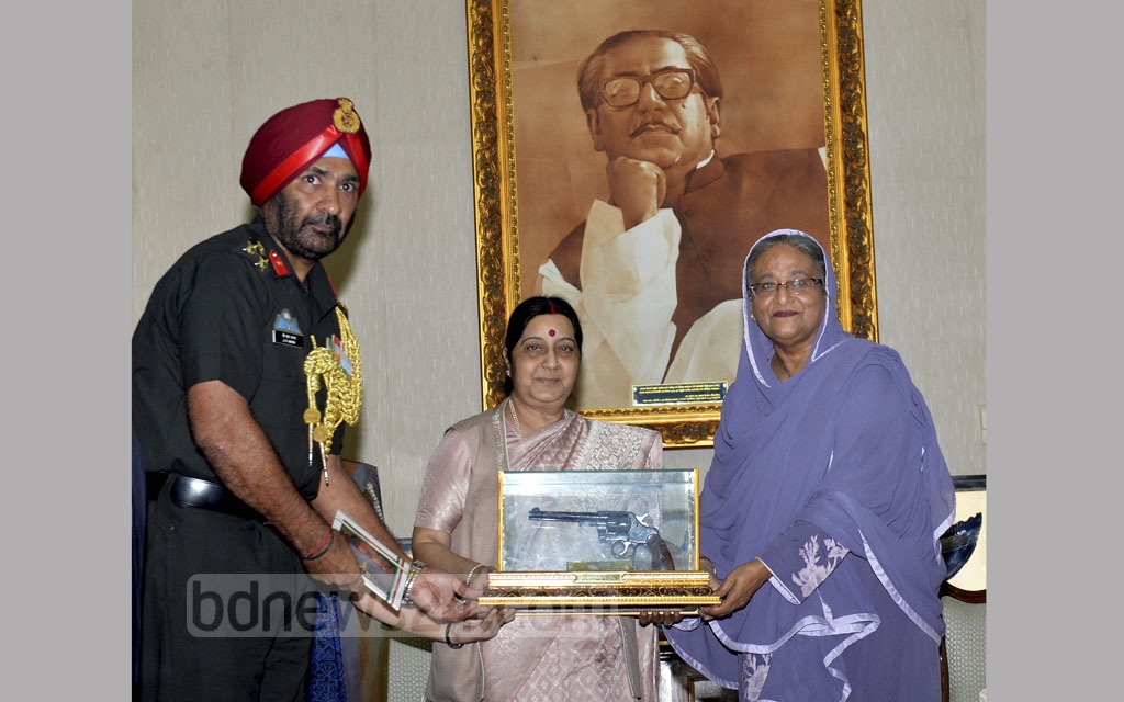 India has presented several weapons preserved as memorabilia of the 1971 Liberation War to Bangladesh. Indian External Affairs Minister Sushma Swaraj handed a revolver to Prime Minister Sheikh Hasina at her residence in Dhaka on Sunday. Photo: PID
