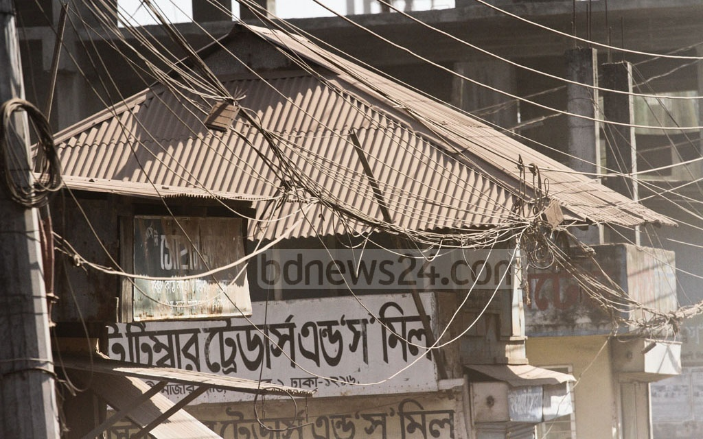 The dust has changed the look of many buildings and structures at Mirpur's Mazar Road. Photo: dipu malakar