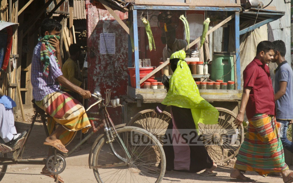Mohammad Bahar, who owns a sugarcane drink stall at Mazar Road, says the dust has harmed his business and that days can pass without any customers. Photo: dipu malakar
