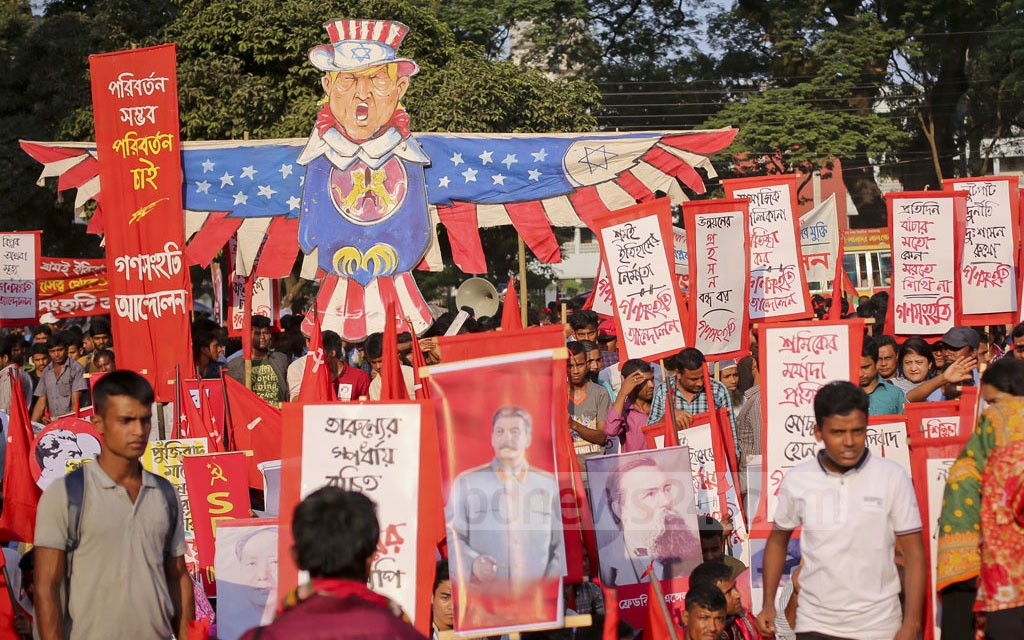 Activists belonging to different left-leaning parties ​join the rally at the Central Shaheed Minar premises on Tuesday to celebrate the 100th anniversary of the Russian Revolution.