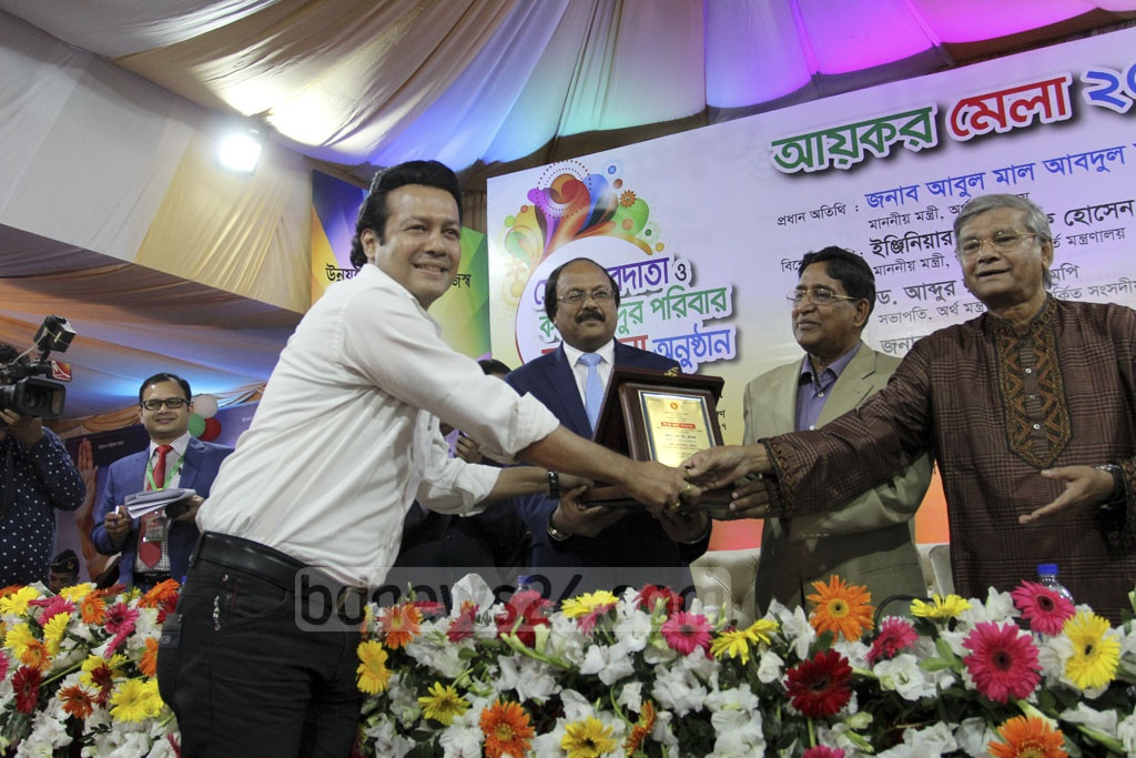 Singer SD Rubel receives the award for being one of the best taxpayers of the year. Photo: asif mahmud ove