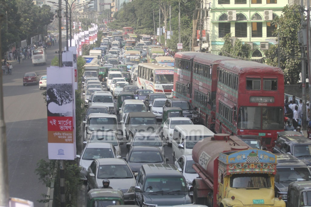One side of Kazi Narul Islam Avenue is empty while the other is clogged with vehicles on Sunday afternoon when BNP activiss headed for Suhrwardy Udyan rally and the commuters headed home in Dhaka. Photo: asif mahmud ove