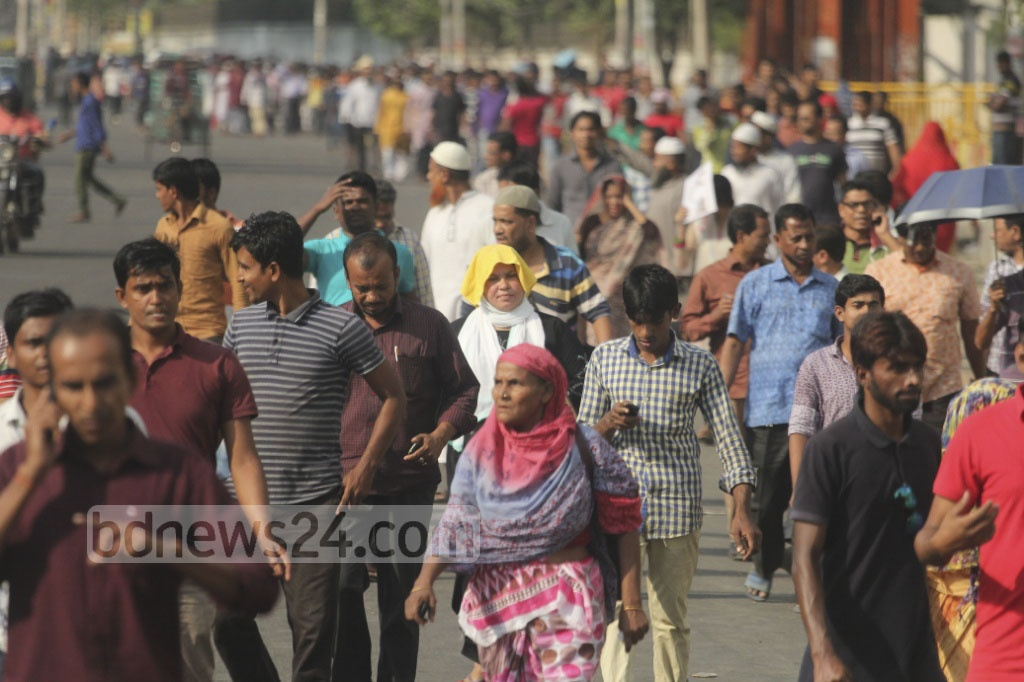 Commuters had to take a long walk back after day's work on Sunday as many buses went off the streets in the capital ahead of BNP rally on Sunday. The photo is taken from Kazi Nazrul Islam Avenue. Photo: asif mahmud ove