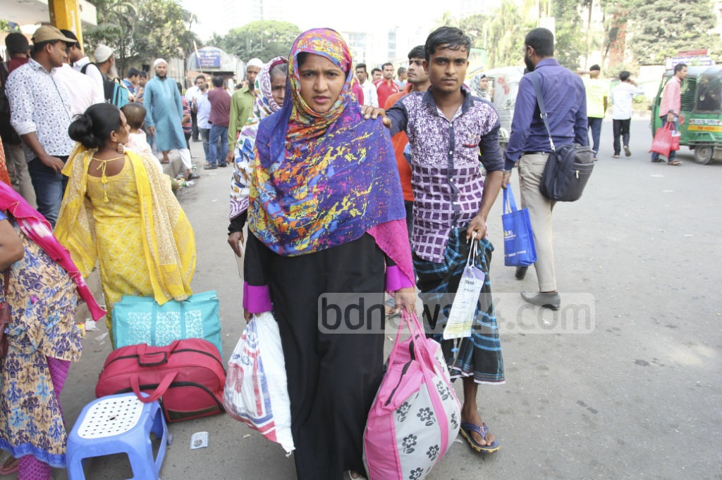 Patients helplessly wait for transport in front of Bangabandhu Sheikh Mujib Medical University at Shahbagh in Dhaka on Sunday as buses go off the roads. Photo: asif mahmud ove