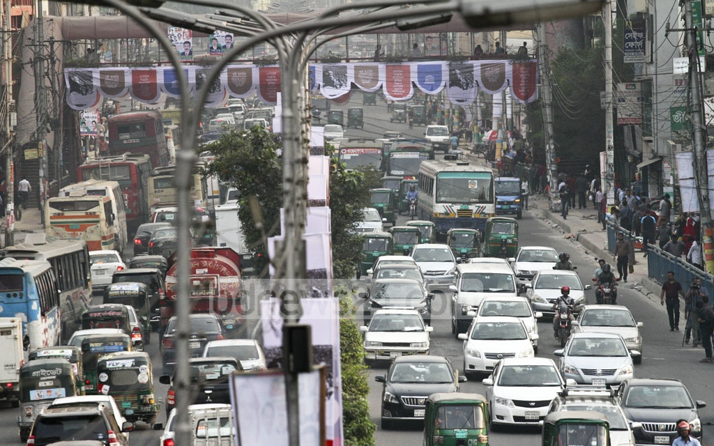 There is no sign of ease in traffic jam in the capital. The photo of the clogged street from Farmgate to Bijoy Sarani is taken on Monday. Photo: dipu malakar