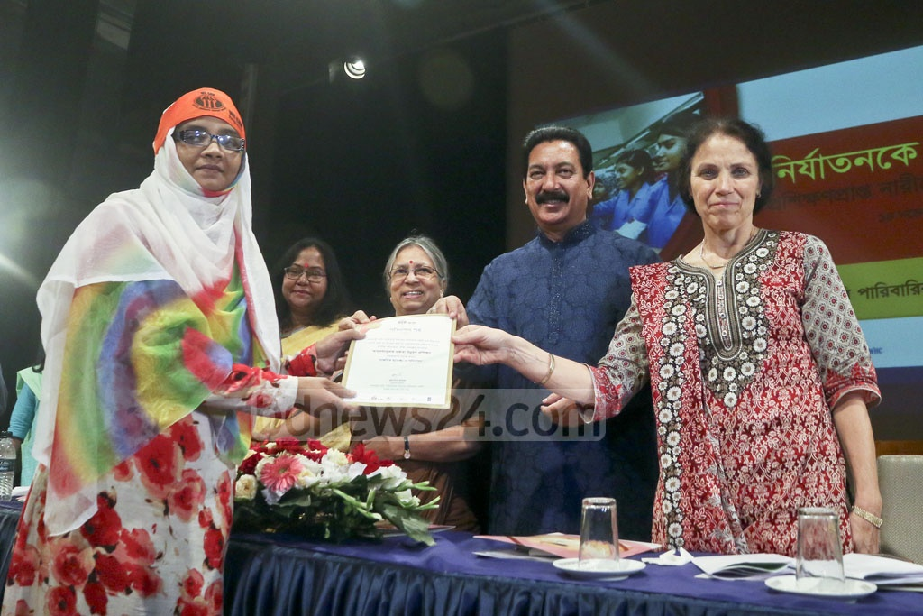 State Minister for Local Government, Rural Development and Co-operative Mashiur Rahman Ranga handing over certificates among the participants at a vocational training programme organised by family violence resistance group 'Amrai Pari' (We can) at the Independence War Museum at Agargaon in the capital on Tuesday. Photo: tanvir ahammed