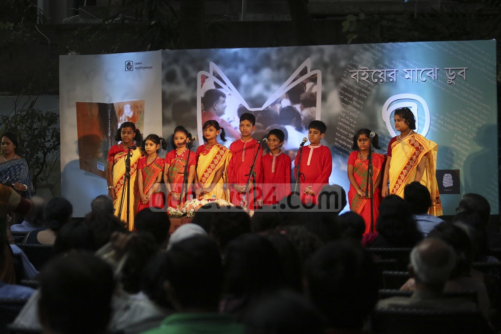 Children perform at the inauguration of 'Bengal Boi', a bookstore launched by the Bengal Foundation at Dhaka's Dhanmondi on Tuesday. Photo: tanvir ahammed