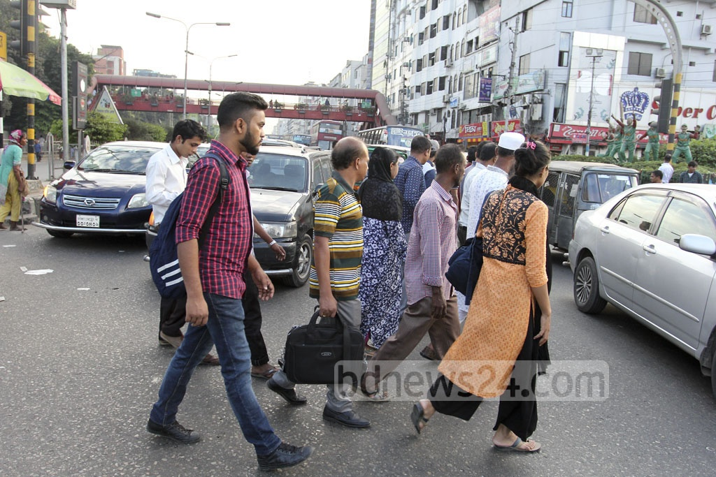 Jaywalking is common in the capital Dhaka nowadays. This picture was taken in Banani on Tuesday. Photo: asif mahmud ove