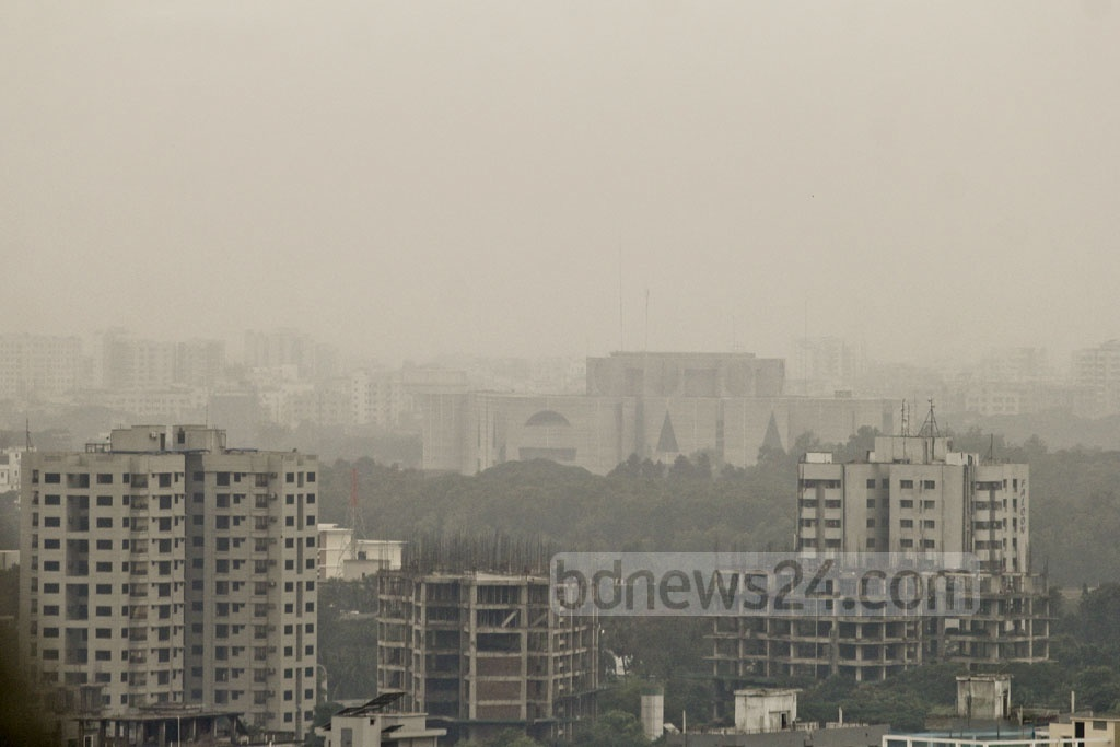 Dhaka turns gloomy on Wednesday with the sky going cloudy as a result of a low in the Bay of Bengal. Photo: asif mahmud ove