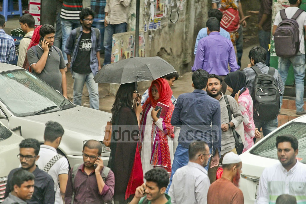 Many residents of Dhaka carry umbrella on Wednesday during drizzle. The photo was taken in Mohakhali. Photo: asif mahmud ove
