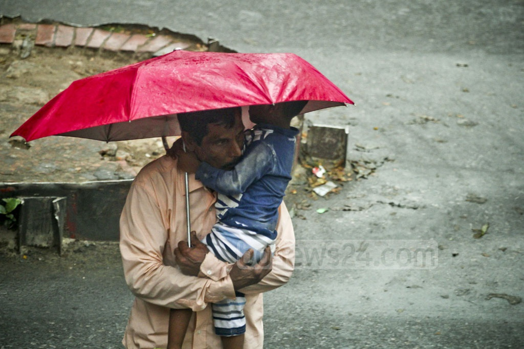 Many residents of Dhaka carry umbrella on Wednesday during drizzle triggered by a low over the Bay of Bengal. The photo was taken in Mohakhali. Photo: asif mahmud ove