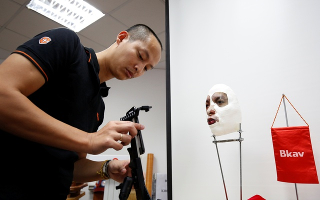 Ngo Tuan Anh, Vice President of Bkav, a Vietnamese cybersecurity firm, demonstrates iPhone X Apple's face recognition ID software with a 3D mask at his office in Hanoi, Vietnam Nov 14, 2017. Reuters
