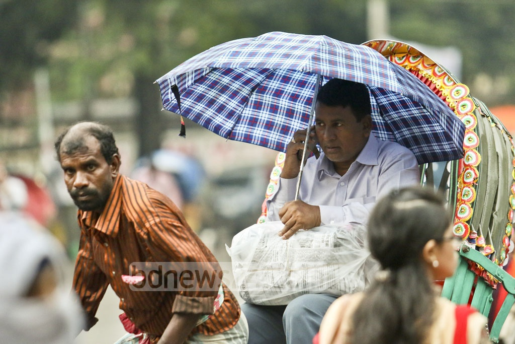 The residents of Dhaka carried umbrella on Thursday to protect themselves from drizzle. The photo was taken in Dhaka University area. Photo: dipu malakar