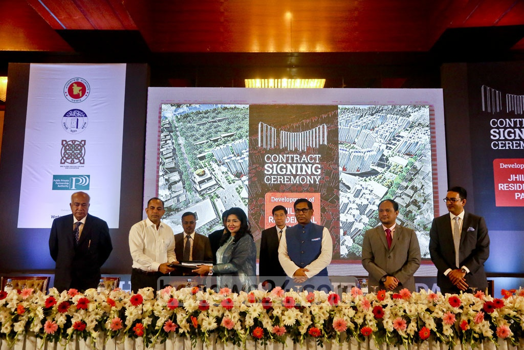 RAJUK signs a deal with Malaysian firm BNG Global Holding SDN BHD and Consortium at Sonargaon hotel in Dhaka on Thursday to build around 14,000 apartments at Jhilmil Residential Park in Keraniganj. Photo: tanvir ahammed