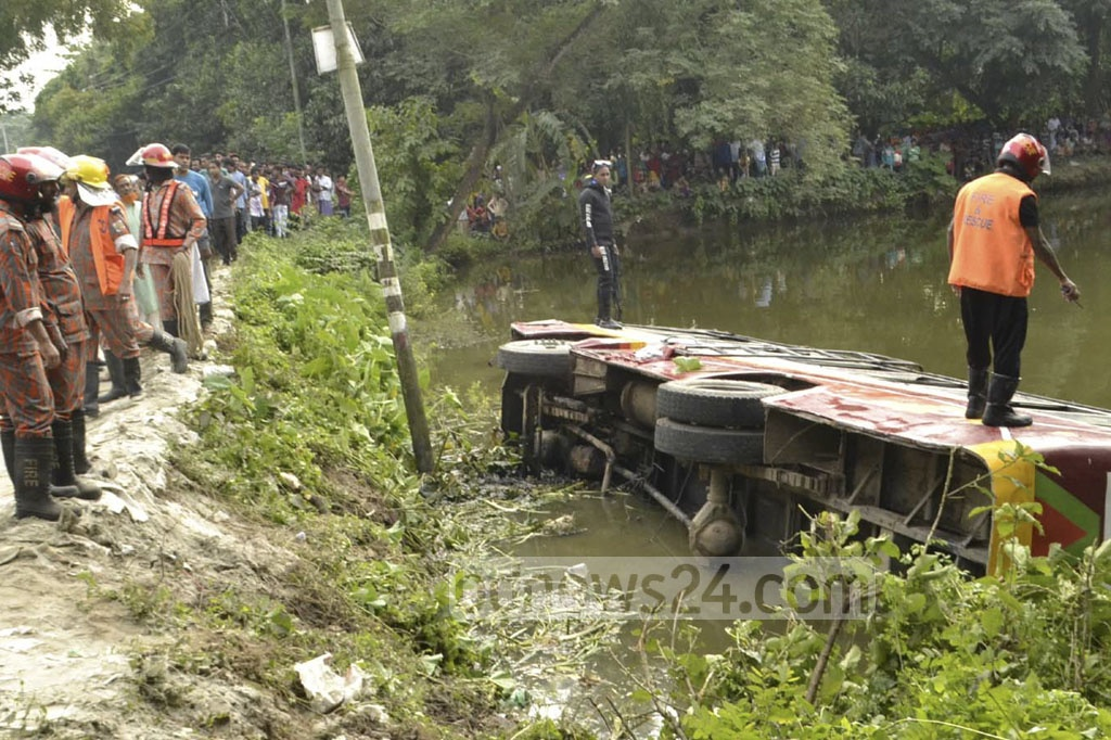 A bus fell into a roadside pond in Rajshahi's Paba on Friday after hitting a motorcycle. Three people, including the couple riding on the motorcycle. Photo: Gulbar Ali Juwel