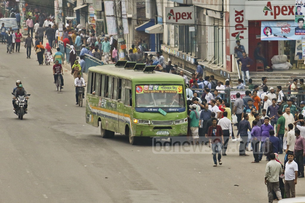 Commuters struggle to get into a bus that came after a long interval at Farmgate in Dhaka. The photo is taken around 4:30pm on Saturday. Photo: tanvir ahammed