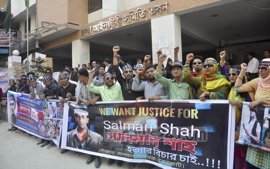 Film actor Salman Shah's fans demonstrate in front of the Dhaka Bar Council Building on Monday demanding justice for his 'murder'.