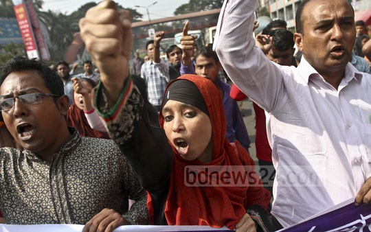 Workers chant slogans at a protest rally in front of the National Press Club on Friday organised to mark the fifth anniversary of the Tazreen factory tragedy in Ashulia, Dhaka. Over 100 workers were killed in one of the worst factory fires in the country. Photo: dipu malakar
