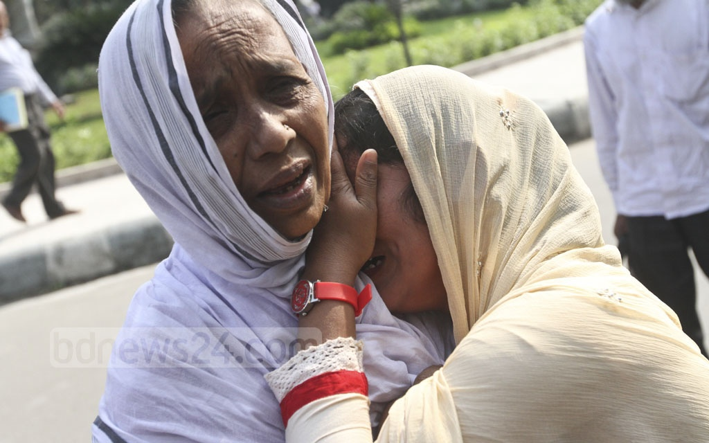 Jannatul Ferdous (right) lost her mother, a nurse at the Peelkhana headquarters of erstwhile BDR, to the bloody 2009 mutiny. She breaks down after hearing the High verdict, which upheld the death sentence of her father in the case over the massacre on Monday. Photo: dipu malakar