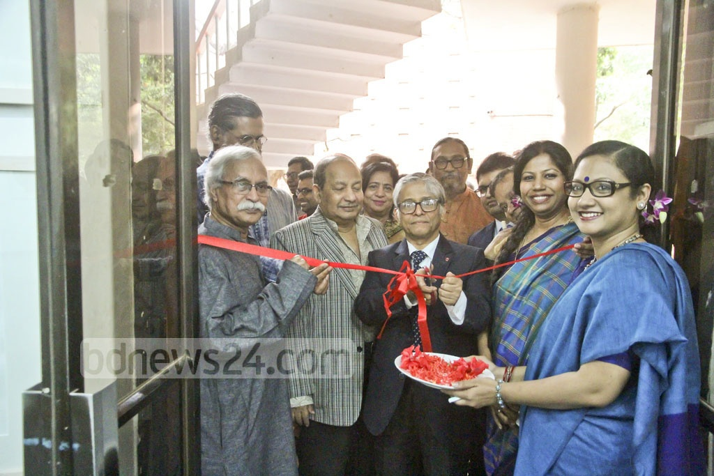 Dhaka University Vice-Chancellor Md Akhtaruzzaman inaugurates the annual art exhibition of the Faculty of Fine Arts on Wednesday. Photo: tanvir ahammed