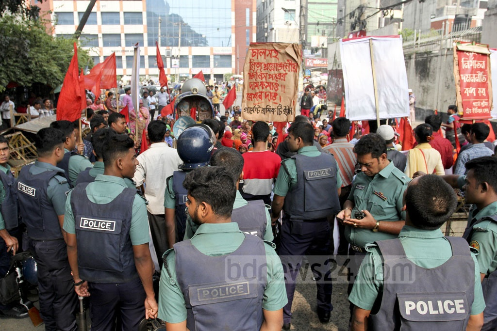Police stop a march by workers of Laxma Sweater factory to the labour ministry. The workers demonstrated in Dhaka on Wednesday demanding back pay. Photo: asif mahmud ove