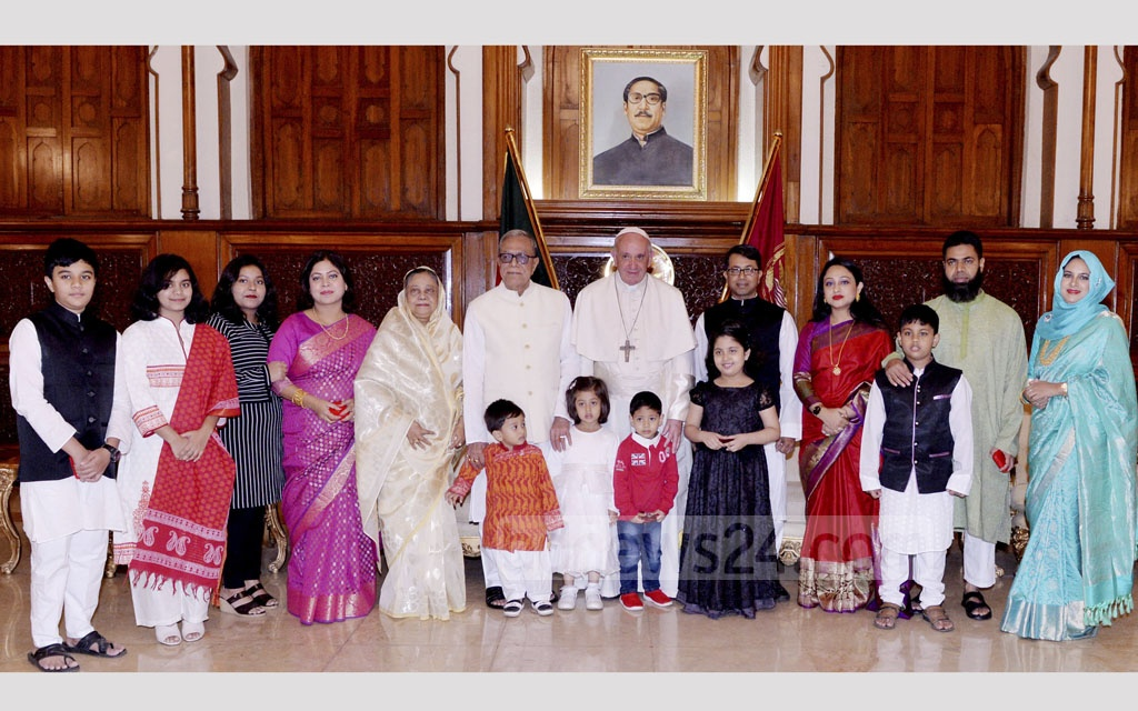 President Md Abdul Hamid and his family pose for a photo with Pope Francis at the Bangabhaban on Thursday. Photo: Press Wing, Bangabhaban