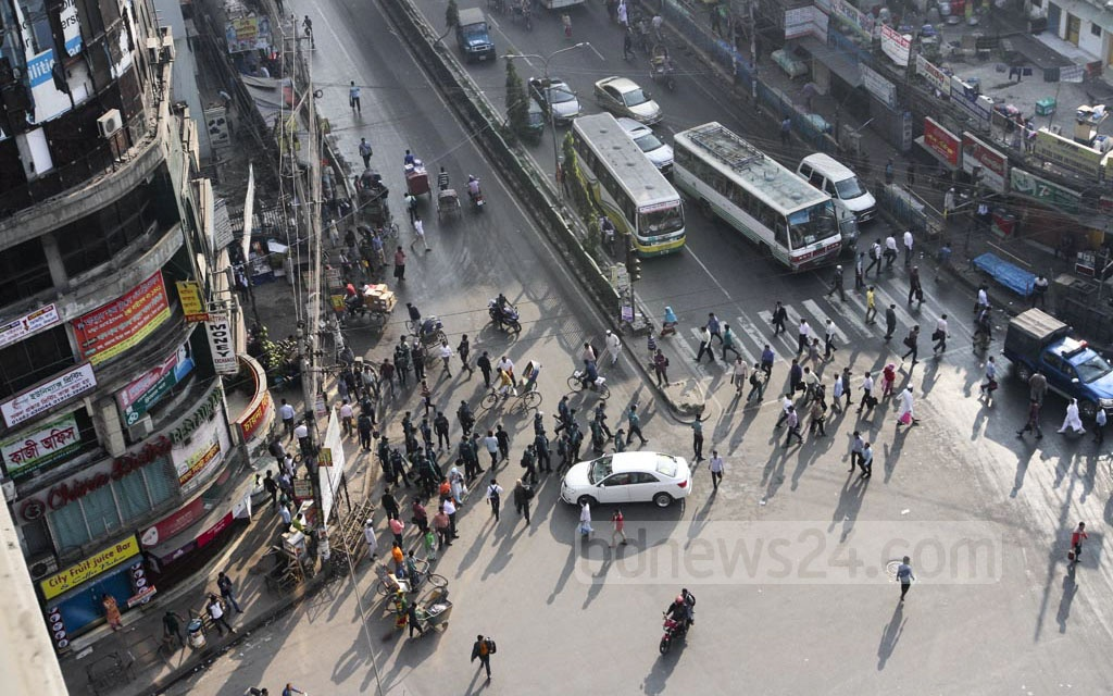 A view of Dhaka's Paltan at 8am during Thursday's half-day general strike to protest against the government's decision to raise the retail price of electricity. Photo: dipu malakar
