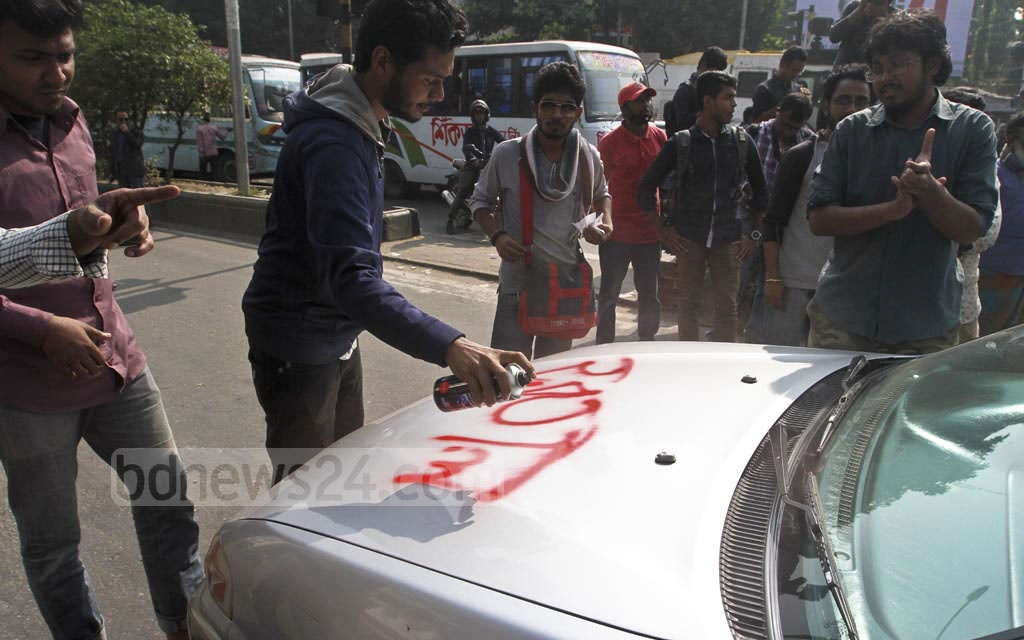 The Progressive Student Alliance activists block motorists at the Shahbagh intersection on Thursday as they enforce a half-day general strike called by leftist parties to protest against the government's decision to raise the price of electricity. Photo: dipu malakar