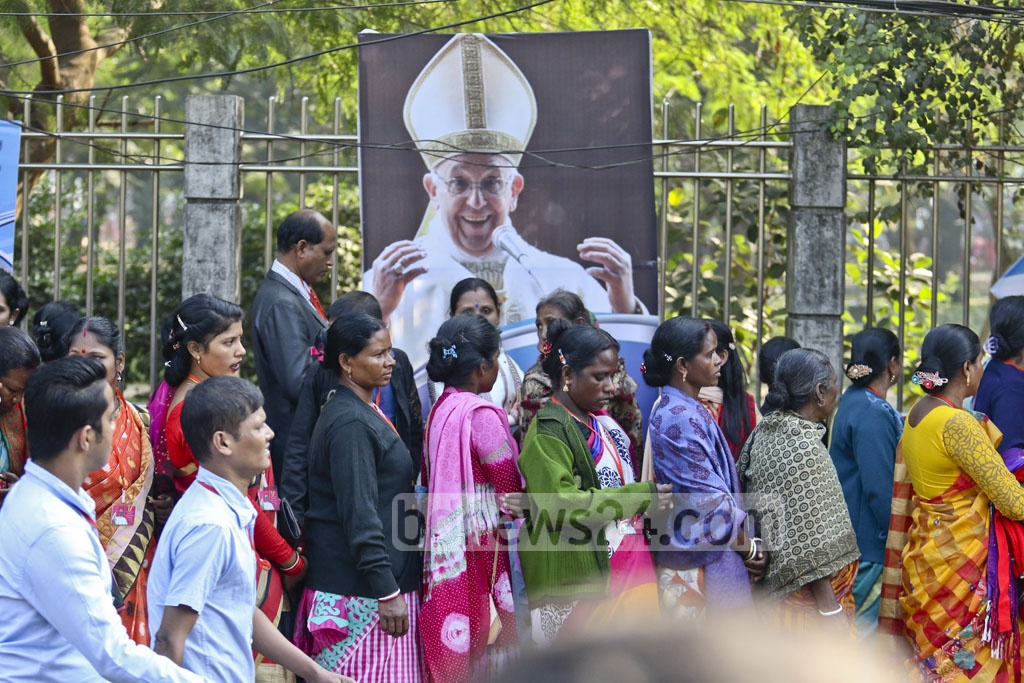 Catholics queue up to enter the Suhrawardy Udyan in Dhaka to join the outdoor Mass held by Pope Francis on Friday. Photo: tanvir ahammed
