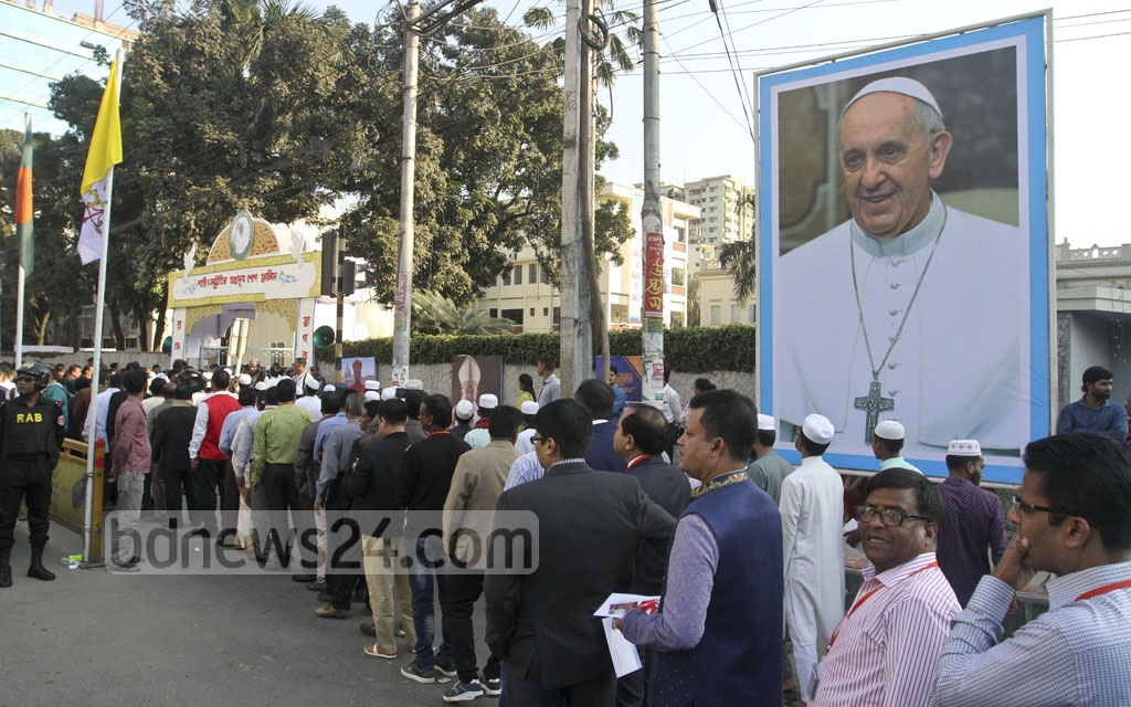 People, mostly Catholics, crowd the entrance of St Mary's Cathedral at Kakrail in Dhaka to take part in an interreligious meeting with Pope Francis on the second day of his three-day visit to Bangladesh on Friday. Photo: dipu malakar