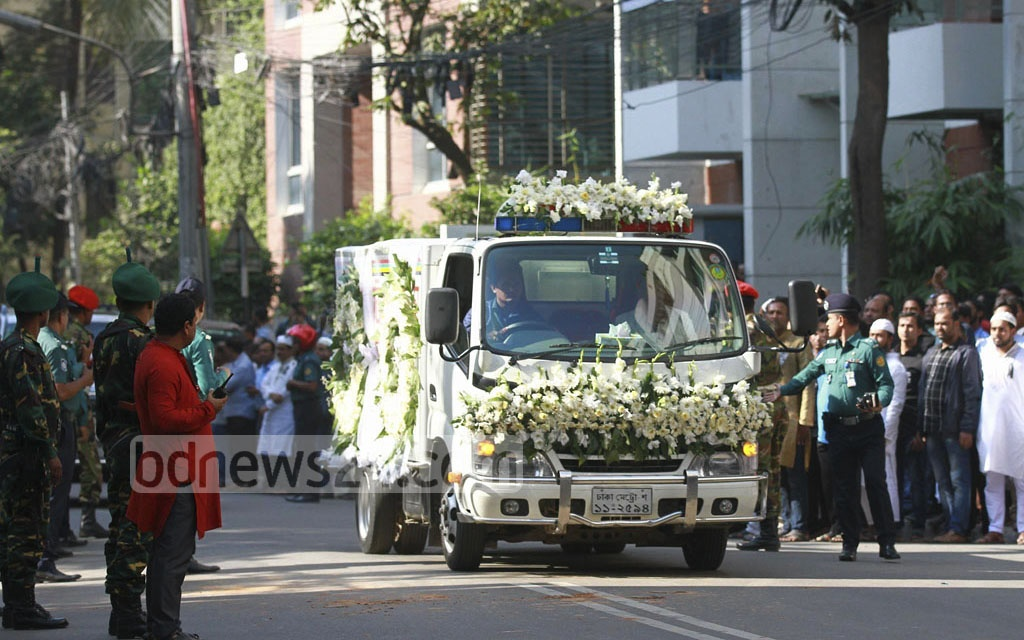 The ambulance bearing the body of Dhaka North Mayor Annisul Huq arrives at his home in Banani. Photo: tanvir ahammed