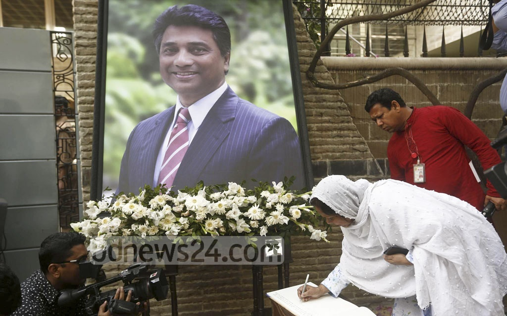 Friends, relatives and mourners sign the mourning book at the home of Dhaka North Mayor Annisul Huq. Photo: tanvir ahammed