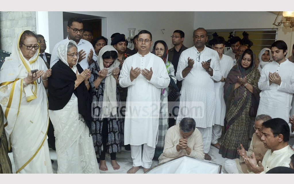 Prime Minister Sheikh Hasina and Annisul Huq's brother, Army Chief Abu Belal Mohammad Shafiul Huq pray before the coffin of the departed Dhaka North mayor. Photo: PMO