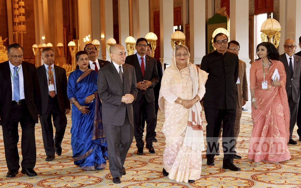 Cambodia's King Norodom Sihamoni with Prime Minister Sheikh Hasina and her entourage at the Royal Palace in Phnom Penh on Monday.