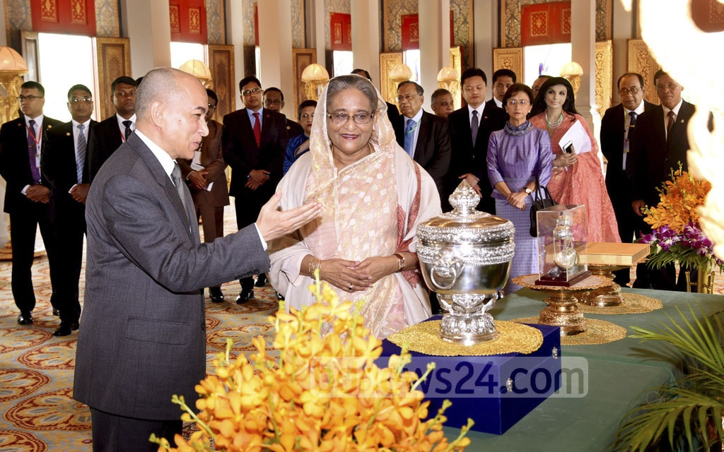 Cambodia King Norodom Sihamoni hands some gifts to Prime Minister Sheikh Hasina after a meeting at the Royal Palace in Phnom Penh on Monday. Photo: Saiful Islam Kallol