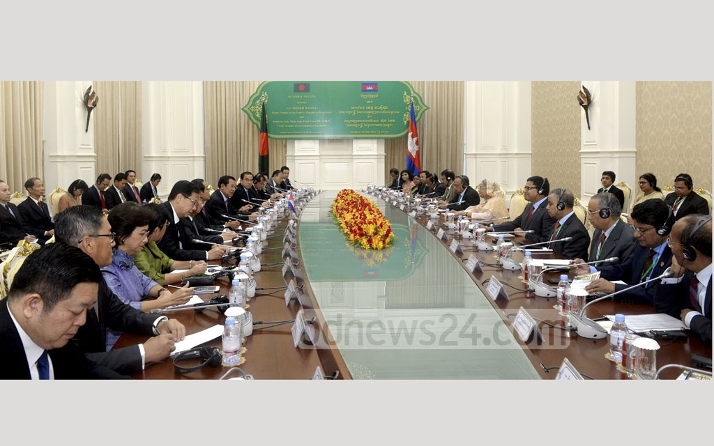 Cambodia and Bangladesh delegations hold a bilateral meeting at the Peace Palace in Phnom Penh on Monday. Photo: Saiful Islam Kallol