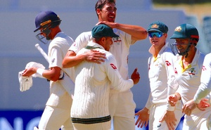 Australia's Mitchell Starc celebrates with team mates after dismissing England's Stuart Broad during the fifth day of the second Ashes cricket test match. Reuters