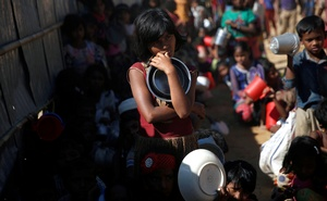 Rohingya refugee children wait to receive a hot meal from Turkish Cooperation and Coordination Agency (TIKA) at Mainnerghona refugee camp near Cox's Bazar, Bangladesh, Dec 3, 2017. Reuters