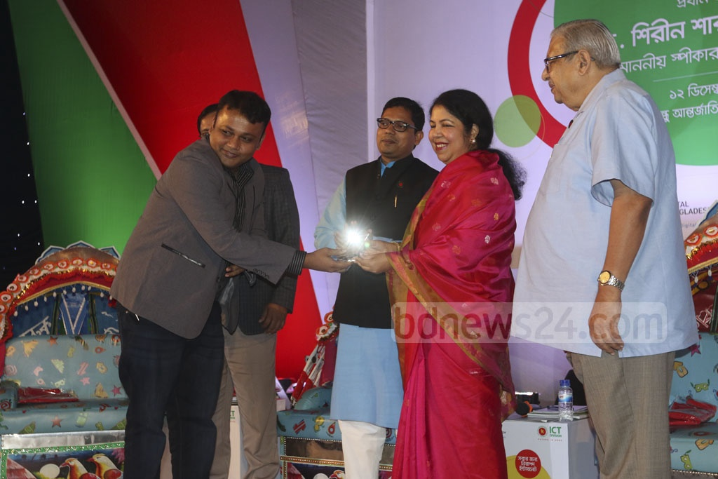 Deputy Chief Reporter Mahmudul Hasan of the national news agency, Bangladesh Sangbad Sangstha, receives award for his work on ICT from Speaker Shirin Sharmin Chaudhruy at the ceremony. Photo: dipu malakar