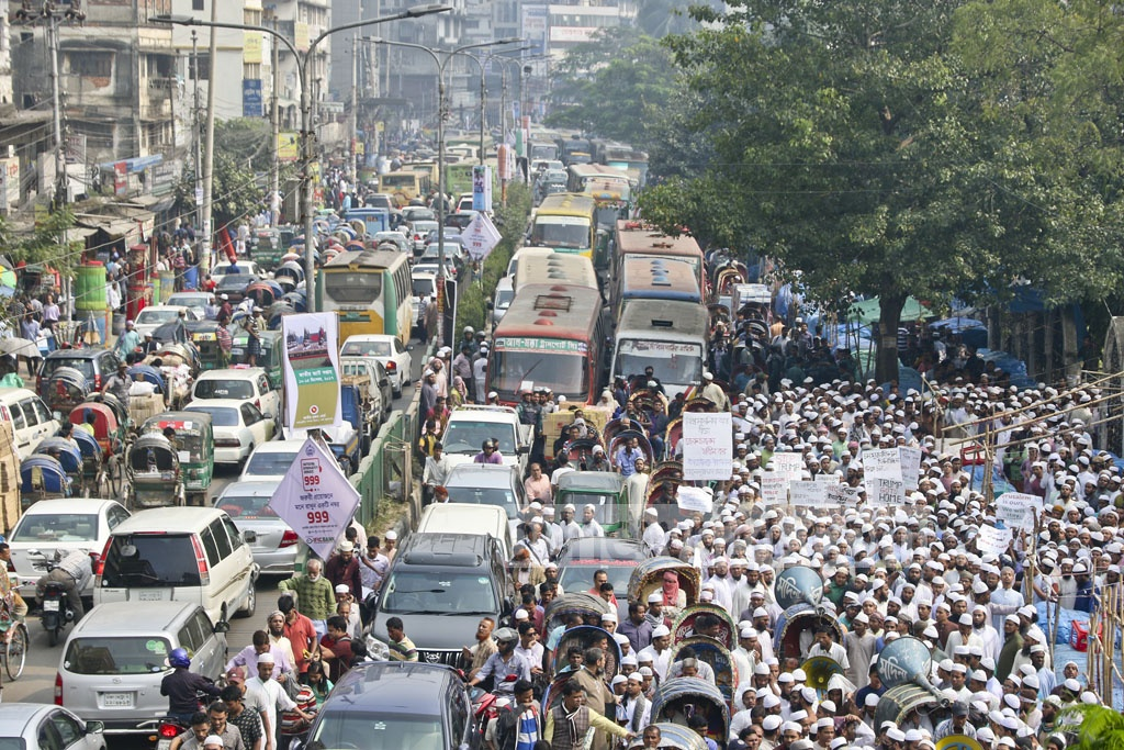 A demonstration by Qawmi madrasa-based organisation Hifazat-e Islam protesting US move to recognise Jerusalem as the Israeli capital led to traffic congestion on the street in front of the Baitul Mukarram National Mosque in Dhaka. Photo: tanvir ahammed