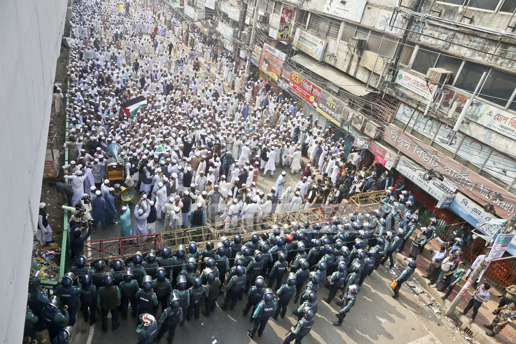 Police stop a march towards the US embassy in Dhaka by activists of Qawmi madrasa-based organisation Hifazat-e Islam on Wednesday protesting US President Donald Trump's decision to recognise Jerusalem as the Israeli capital. Photo: tanvir ahammed