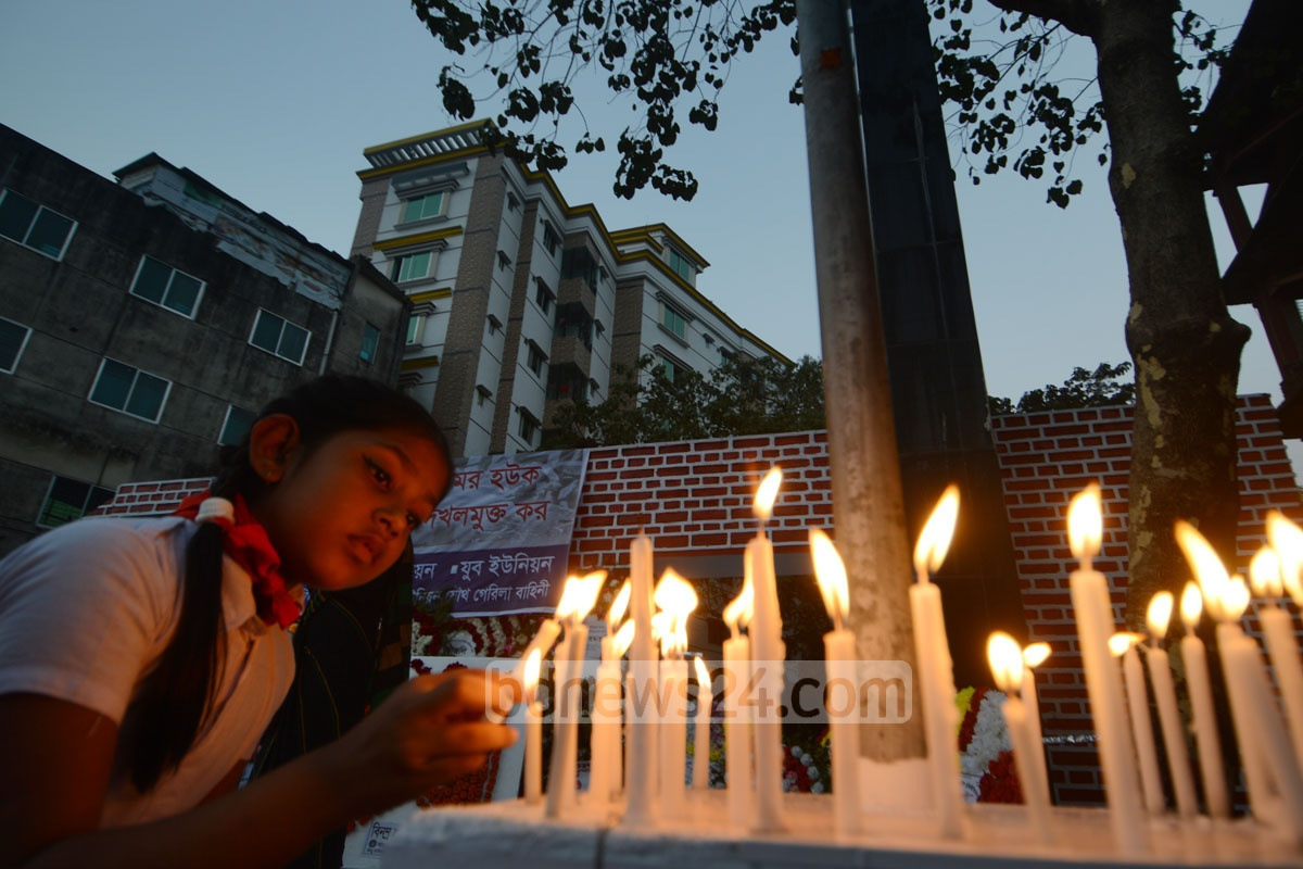Students light up candles at Paharhtali killing ground in Chittagong in remembrance of the martyred intellectuals on Thursday. Photo: suman babu