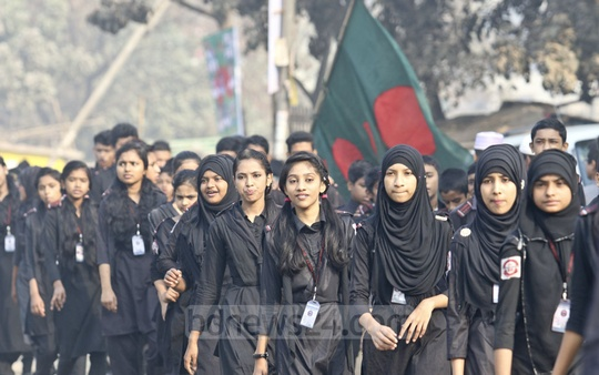 Students from Dhaka schools pay their respects to martyred intellectuals at the Rayerbazar memorial on Thursday. Photo: tanvir ahammed