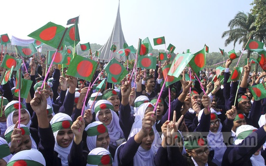 Students pay tributes to the martyrs at the National Memorial on Victory Day. Photo: dipu malakar