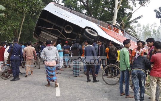 A bus fell into a roadside ditch at Fakirer Takeyabazar area in Lalmonirhat's Sadar Upazila, killing one person and injuring 15 others on Sunday.