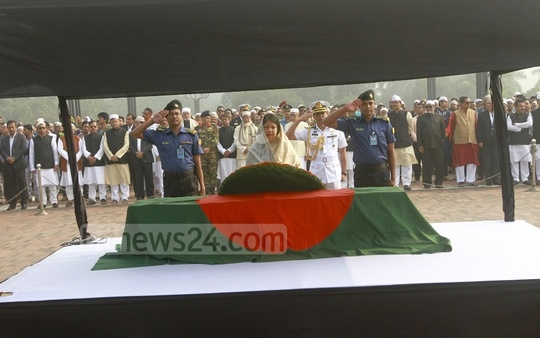 Parliament Speaker Shirin Sharmin Chaudhury pays last respects to Fisheries and Livestock Minister Muhammed Sayedul Hoque by placing a wreath on his coffin after his funeral prayers at the Parliament Building premises on Sunday. Photo: asif mahmud ove