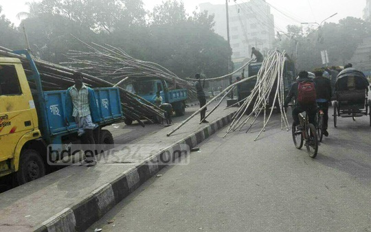 Dhaka North City Corporation workers pulled down a gate made without permission for the annual religious congregation of thefollowers of Kutubbagh Darbar Sharif at Farmgate's Shaheed Anwara Park on Sunday. The DNCC workers also took away bamboos kept in the park to erect the canopy.