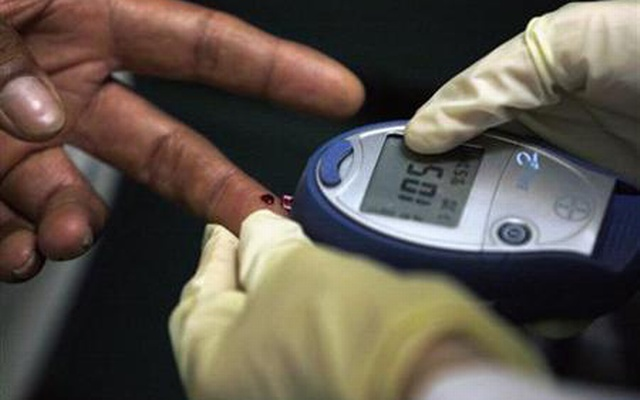 A diabetic has his blood sugar level measured in downtown Los Angeles Jul 30, 2007. Reuters