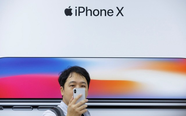 FILE PHOTO: An attendee uses a new iPhone X during a presentation for the media in Beijing, China October 31, 2017. Reuters