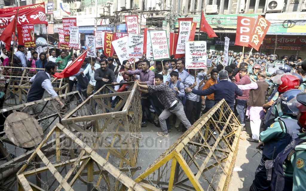Police stop a procession of the leftist parties at Dainik Bangla intersection on Wednesday. The programme aimed at protesting against corruption in the banking sector. Photo: tanvir ahammed